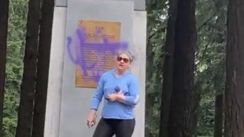 Karen vandalizes York statue in Oregon